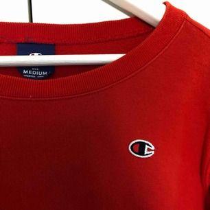 röd champion sweatshirt i jättegott skick! Märkt med storlek M, men lite mindre i storleken. Passar Xs-M ( beroende på hur man vill att den ska sitta ) frakt tillkommer💞