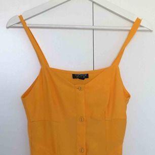 Helt oanvänd klänning från topshop! Ca 100cm lång från storleksmärkningen och nedåt. Frakt tillkommer!
