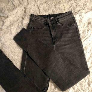 As snygga gråa jeans som inte kommer till användning tyvärr. Köparen står för frakten vilket är 59 kr🌸