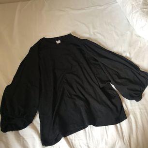 Fin tröja från Visual clothes project passar storlek S. Den är helt oanvänd och har volangärmar
