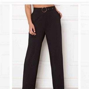 Helt nya byxor i vid och rak modell. Lapparna kvar