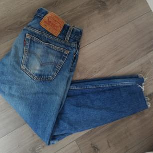 Levi's jeans med slitningar. Vid snabb affär kan jag bjuda lite på frakten!