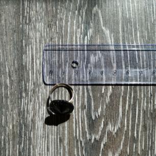 En justerbar ring med stor svart detalj!! Så cool men säljer då den inte är min stil längre. Som ny! Fraktkostnaden inkluderad i priset:)