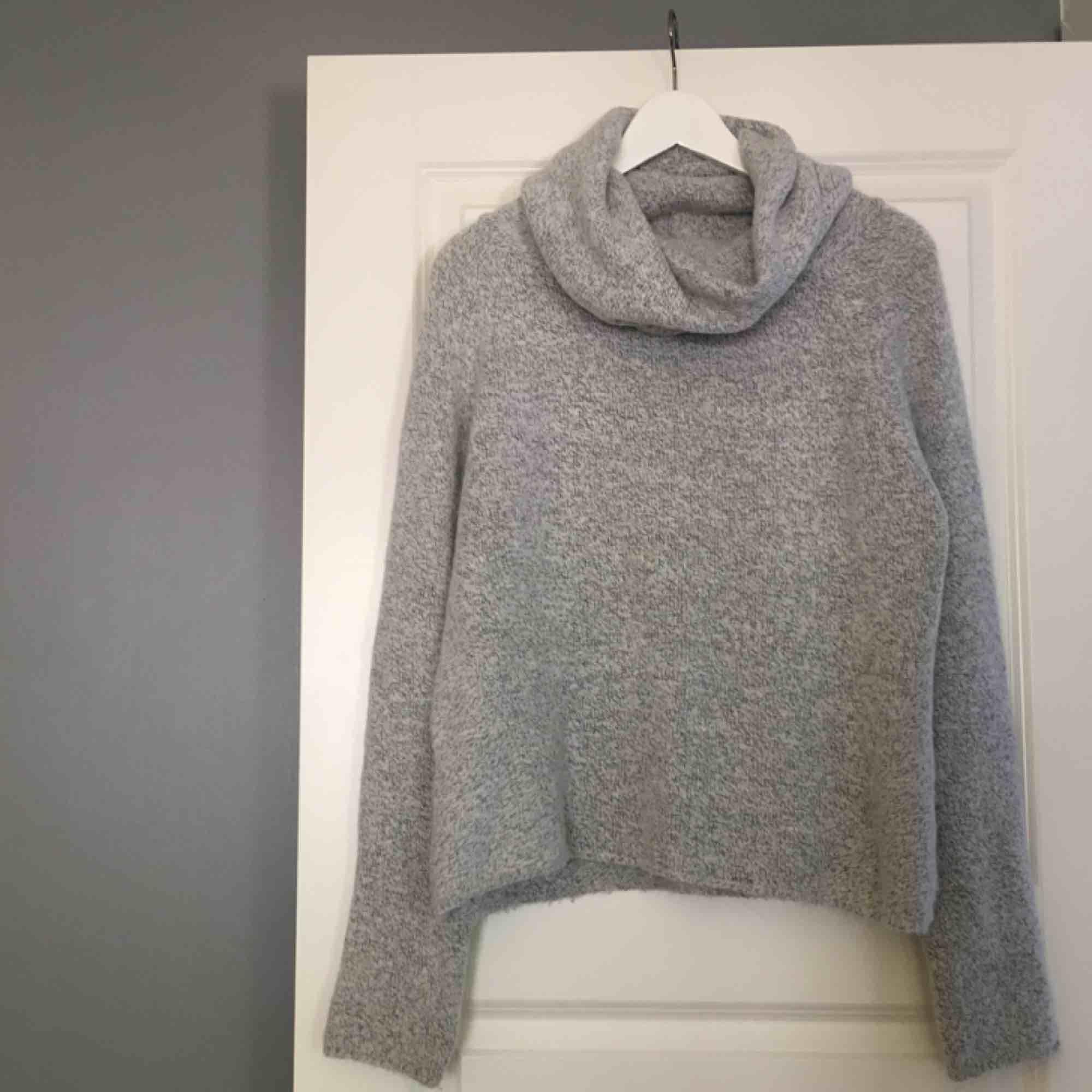 En jättefin stickad tröja med en högre krage från Chiquelle. Nästan aldrig använd, därför är tröjan i väldigt bra skick. Köparen står för frakten och betalningen sker via swish 💕. Stickat.