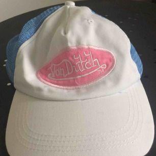 Babyblå och rosa Von Dutch-keps. Frakt 18kr