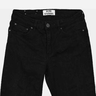 Jätte snygga och användbara Acne slim fit jeans som inte kommer till användning. Sparsamt använda, så de är som nya!    🌻🌻🌻  Köpta för 1 399kr på NK    Frakt tillkommer!