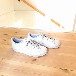 Vita adidas skor  Frakt tillkommer om vi ej kan mötas upp