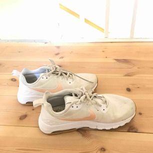 Vita sneakers från Nike  Frakt tillkommer om vi ej kan mötas upp