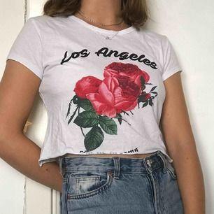 tshirt köpt på primark, avklippt av mig, superbekväm och snygg på sommaren!! kontakta för mer info eller bilder!💕💞✨
