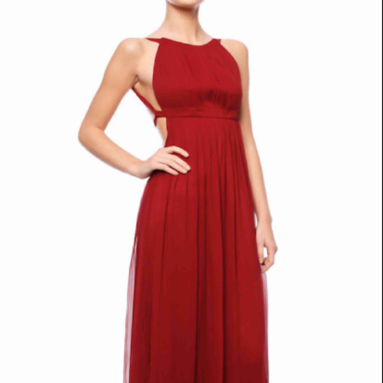 Säljer min vinröda klänning jag bar på balen från By Malina. Org. Pris 4000. Obs! Klänningen är uppsydd så den når precis marken med mina 165 cm. Är öppen för bud :) . Klänningar.