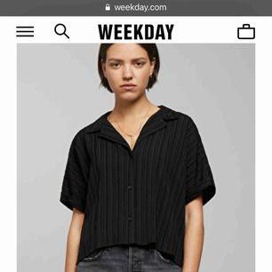 T-shirt skjorta från weekday köpt i juni. Prislappen sitter kvar men använd 1 gång. Annars har den bara hängt i garderoben. Köparen och jag delar på frakten💞