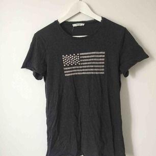 Mörkgrå t-shirt med tryck från Mango.