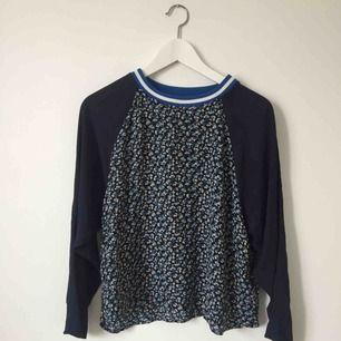 Blommig tröja från H&M med mörkblå bas.
