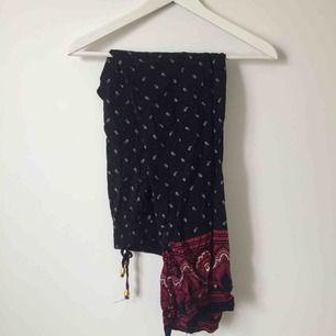 Sköna, mönstrade byxor med mörkblå bas. Löst sittande passform, kan passa både strl S och M.