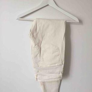 Benvita jeans från Zara. Avklippt modell, passform slim.
