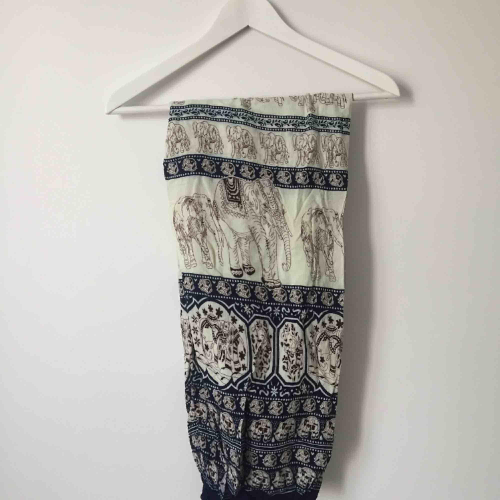 Sköna byxor med mönster. Löst sittande passform, kan passa både strl S och M. . Jeans & Byxor.