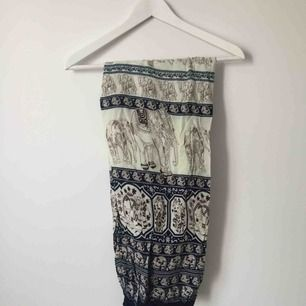Sköna byxor med mönster. Löst sittande passform, kan passa både strl S och M.