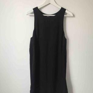 Svart klänning från H&M, lös passform.