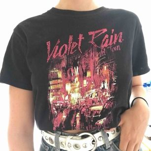 Cool t-shirt från river island. Köparen och jag delar på frakten❣️