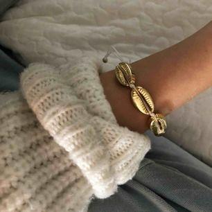 Säljer ett SUPERfint guldigt snäckarmband som tyvärr aldrig kommer till användning men är alldeles för fint för att inte användas. Det är justerbart och frakten ligger på 9 kr💕
