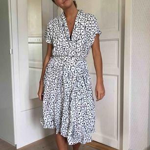 Så himla fin klänning med omlottknäppning och djup ringning. Köpt second hand men är i toppskick, helt utan skavanker. Köparen står för frakt 🌸
