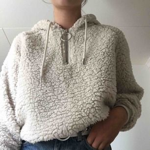 Lurvig hoodie med zip-up. Köpt på bikbok. Köparen och jag delar på frakten🧸