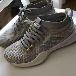 Nya ljusgrå Adidas löparskor med gula smådetaljer, strl.38. Endast använda vid ett kort tillfälle, så dom är i toppenskick. Säljer dom för att dom är för smala för mina fötter tyvärr.