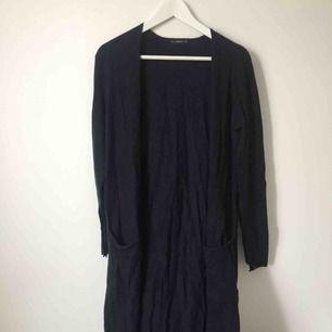 Lång stickad tröja från Zara i mörkblått.