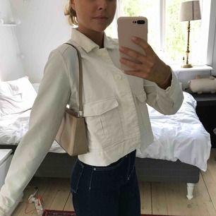 Fin vit jeansjacka! Använd max 3 gånger, dvs nyskick. Köparen står för frakten 🌸  Pågående budgivning, avslutas 13/8 kl 20.00. Ledande bud: 300kr + frakt