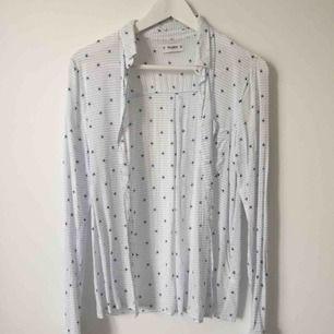Skjorta från Pull and bear med små sjöstjärnor.