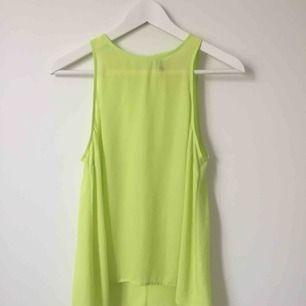 Neongul/grön top från H&M men knäppning i nacken.