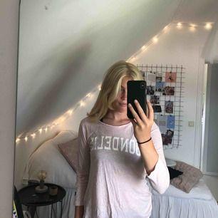 Långärmad rosa tröja ifrån bondelid. Säljer pga att den aldrig används. Köparen står för frakt. Plagget stryks och tvättas självklart innan du får hem det. Skriv till mig för ytterligare bilder.