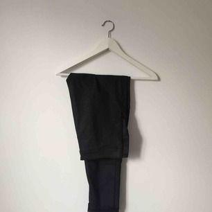 Glittriga byxor från H&M, tajt passform. Med dragkedja på vänstra sidan.