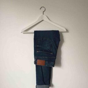 Blåa jeans från Zara, låg midja och tajt passform.