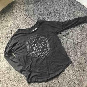 Långärmad Vans T-shirt, köpt för ett par år sen men i gott skick!!