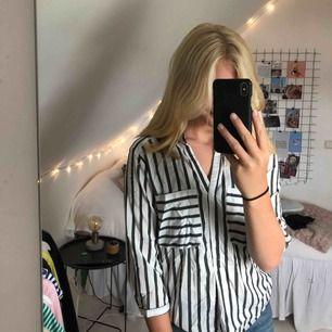 randig skjorta från Vero moda som aldrig kommer till användning. Köparen står för frakt. Plagget stryks och tvättas självklart innan du får hem det. Skriv till mig för ytterligare bilder.