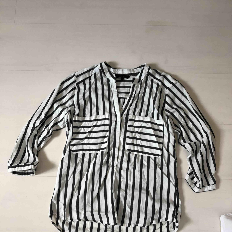 randig skjorta från Vero moda som aldrig kommer till användning. Köparen står för frakt. Plagget stryks och tvättas självklart innan du får hem det. Skriv till mig för ytterligare bilder.. Skjortor.