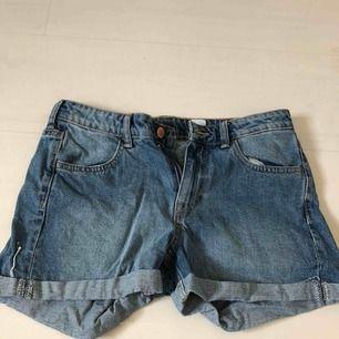 Jeansshorts ifrån HM. Köparen står för frakt. Plagget stryks och tvättas självklart innan du får hem det. Skriv till mig för ytterligare bilder.