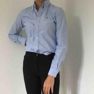 Ljusblå Ralph Lauren skjorta. Använd fåtal gånger.