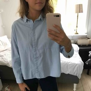 En riktig favorit blus/skjorta (???). Boxig modell med slitsar i sidan som gör den till en perfekt blandning mellan simpel och feminin. Vill behålla den men jag ha vuxit ur den:( Köparen står för frakten 🌸