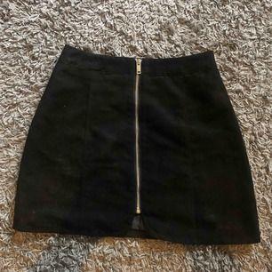 Såå fin kjol från hm i mockaimitation som jag tyvärr inte kan ha, aldrig använd pågrund av fel storlek. Nypriset var 199. Frakt tillkommer