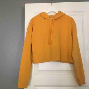 En fin, gul, croppad hoodie från hm i bra skick 💛 köparen står för frakten!