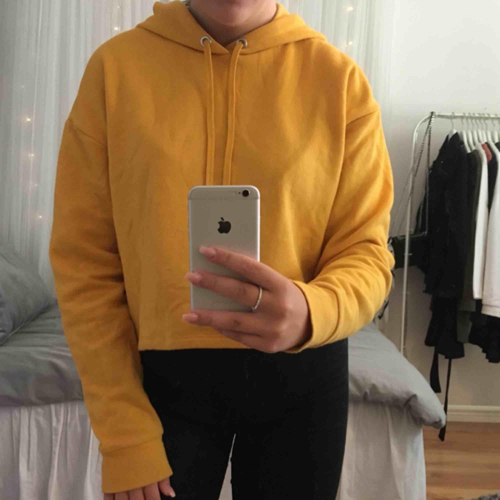 En fin, gul, croppad hoodie från hm i bra skick 💛 köparen står för frakten! . Tröjor & Koftor.