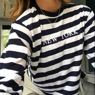 """Randig tröja med """"NEW YORK"""" broderat över bröstet. Lite kortare modell. Köparen står för frakt🌸"""