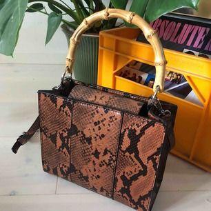 Väska från Zara, Höjdxbreddxdjup 19 x 22 x 10cm  Ordinariepris 399kr. Fake ormskinn.