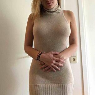 Glittrig beige polo-klänning. Kan även användas som linne men på en kortare person är den väldigt snygg som kort klänning. Fraktar för 36kr eller möter upp i Malmö/Lund! :)