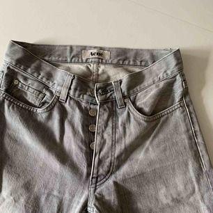 Säljer mina raka gråa acne jeans, fint skick, frakt tillkommer (63kr) eller mötas i Stockholm