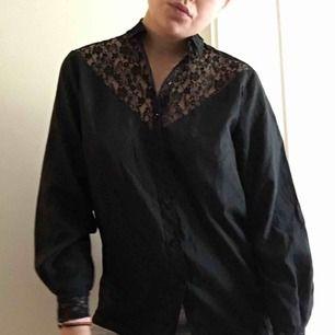 Svart skjorta/blus med fina spets-detaljer. Väldigt speciell! Fraktar för 36kr eller möter upp i Malmö/Lund