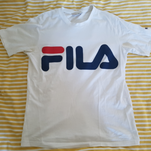 Tshirt från Fila i mycket gott skick. Kommer från ett rökfritt hem med katt. Frakten är 42kr.