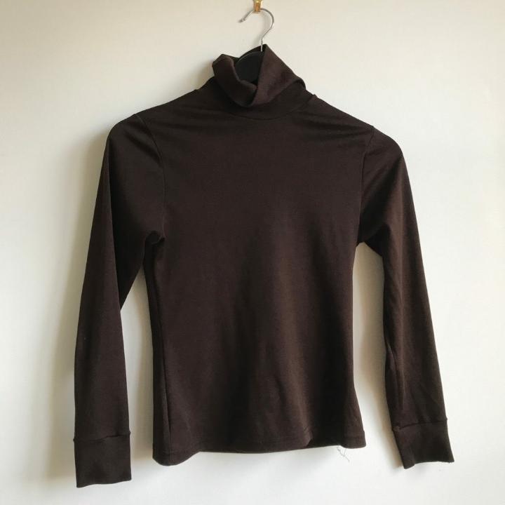 En brun stretchig polo tröja som är supersnygg, den är köpt vintage och har varken märke eller storlek bakom!  . Toppar.